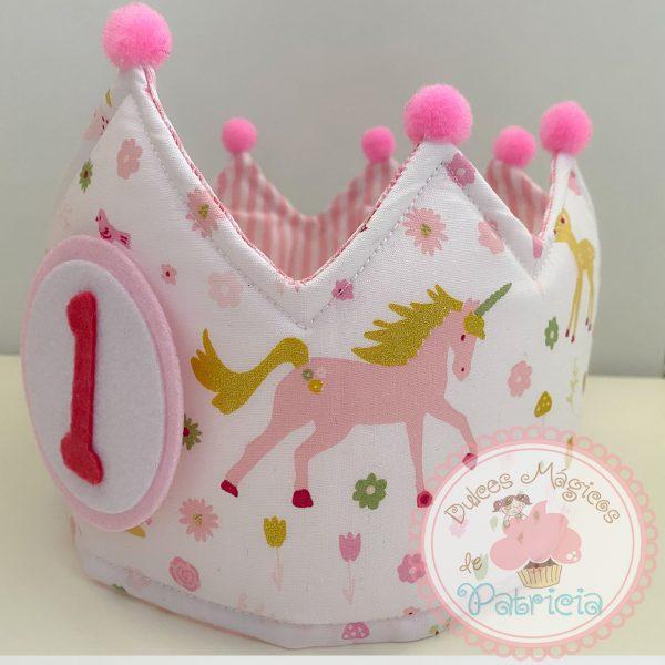 corona tela cumpleaños hecha a mano unicornios rayas blancas y rosas